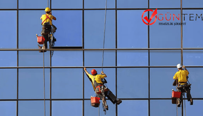 Vinç ve halatlarla personel güvenliği sağlanılarak dış cephe cam temizliği yapılmaktadır.