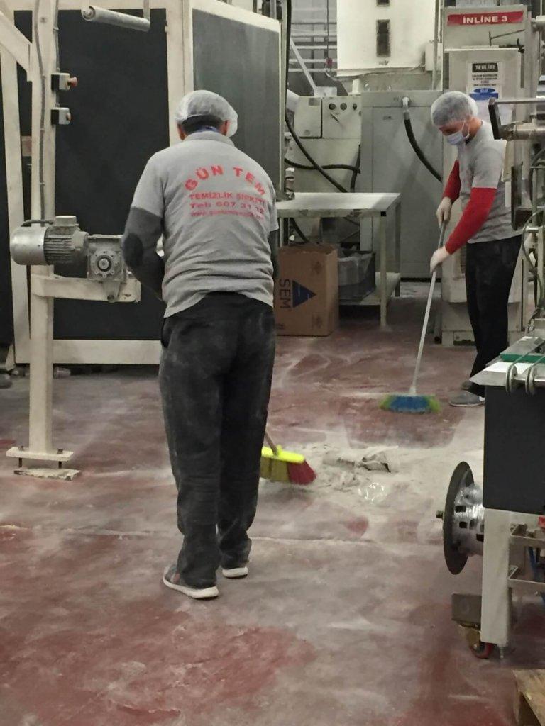 Fabrika temizliği yapan ekibimiz